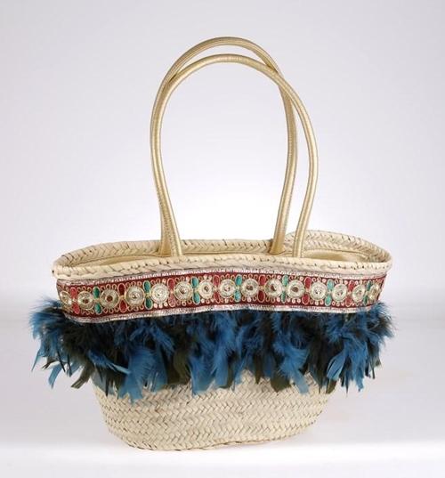 Košík zo sušenej slamy Kbas ozdobený perím modro-čiernej farby