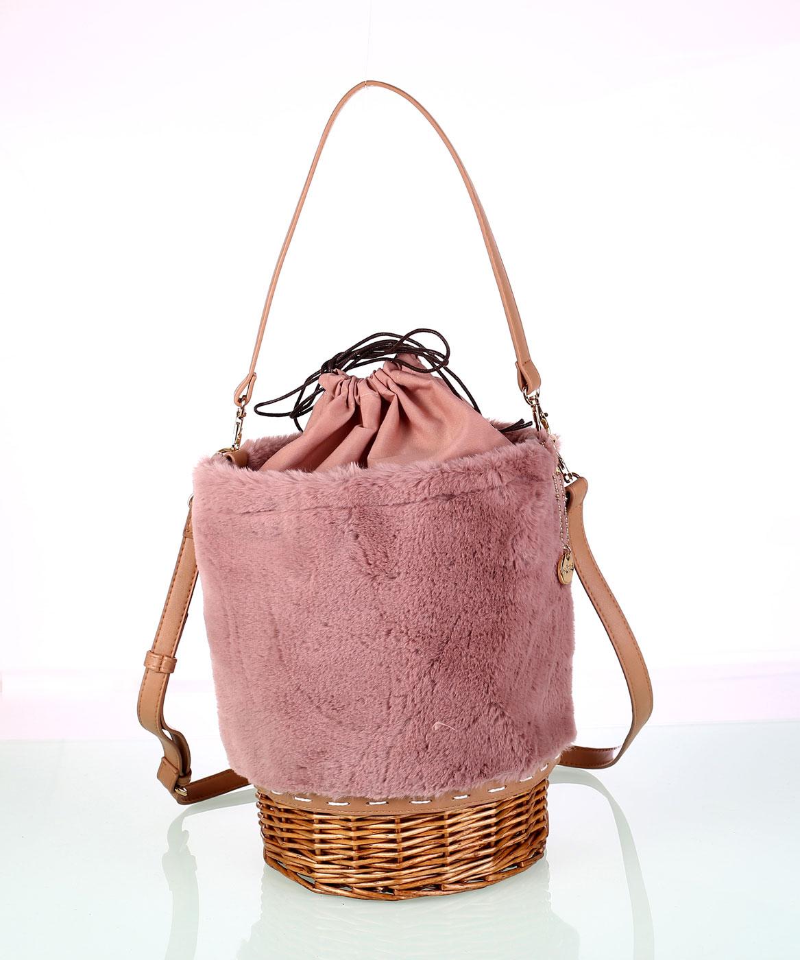 f415c80877 Dámska kabelka z umelej kožušiny Kbas s prúteným dnom ružová