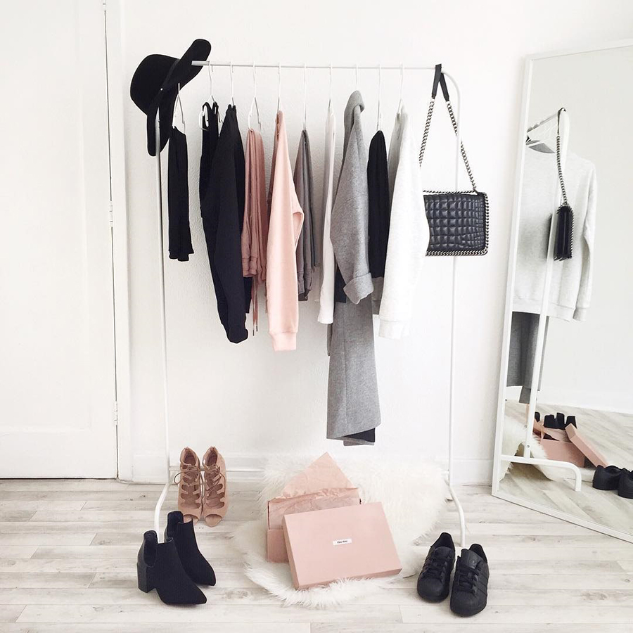 Minimalismus v šatníku: 5 kroků k novému stylu