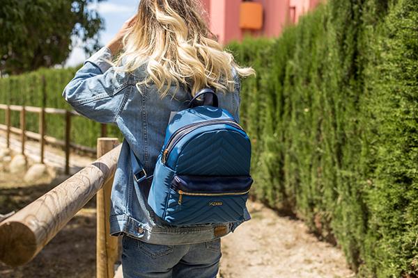 Dámsky batoh z nylónu Kbas s prešívaním a predným zipsom modrý