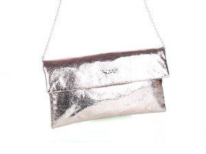 Dámska kabelka s retiazkou cez rameno a metalickým odleskom Kbas strieborná