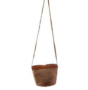 Dámska kabelka cez rameno z palmovej slamy Kbas Keňa hnedá malá 087206-6
