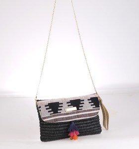 Listová kabelka zo syntetickej rafie Kbas so strapcami čierna