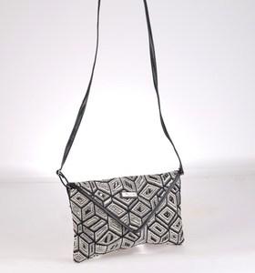 Listová kabelka cez rameno Kbas zo syntetickej rafie s čierno-bielym vzorom