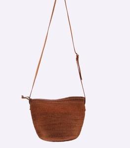 Oldaltáska pálma szalmából Kbas Kenya bőr vállpánttal