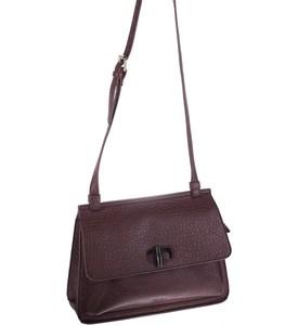 Elegantná kabelka cez rameno z eko kože Kbas s ozdobným zapínaním bordová