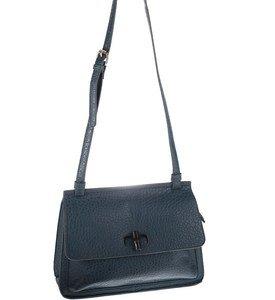 Elegantná kabelka cez rameno z eko kože Kbas s ozdobným zapínaním modrá