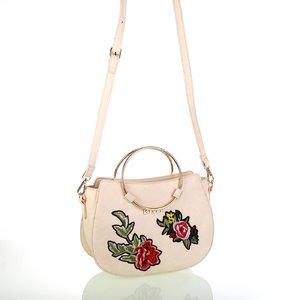 Dámska koženková taška cez rameno s kvetinovými nášivkami Kbas béžová 346809BE