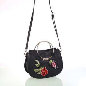 Dámska koženková taška cez rameno s kvetinovými nášivkami Kbas čierna 346809N